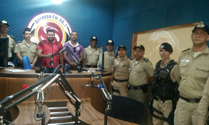 Policiais militares da 5ª CIPM durante participação no programa de rádio_700x420.jpg
