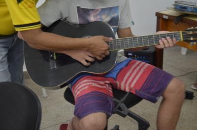 Socioeducandos do Case participam de aulas de música na unidade com a equipe da Escolinha Comunitária do 6º Batalhão da PM.