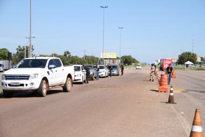 Além dos caminhoneiros os condutores de carros pequenos também receberam material com instruções sobre os riscos de tomarem as decisões erradas no trânsito