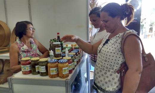40 expositores, das associações e cooperativas de diversos municípios do Estado, estiveram comercializando seus produtos, entre artesanatos e alimentos, totalizando mais de R$ 20 mil em vendas