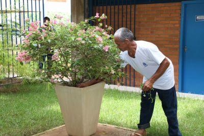 Com muito carinho e dedicação ele cuida dos jardins da escola