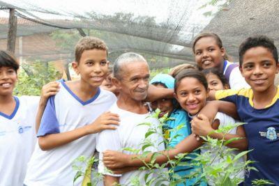 Seu Chico e os alunos da Escola Jardim Paulista no seu xodó, que é a horta escolar