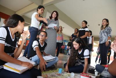 Por meio de atividades fora da sala de aula, a professora Fabiane Martins conquista a atenção dos alunos
