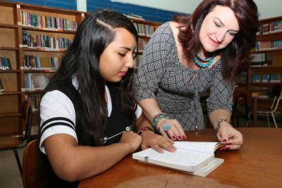 Entre as ações da Seduc, a professora Wanessa Sechim visitou unidades escolares e conversou com alunos