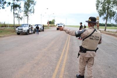 Durante as abordagens feitas pelos policiais do BPMRED e pelos técnicos da Ageto foram entregues informativos que alertavam  sobre da manutenção dos faróis acesos nas rodovias.