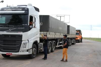 O material também alerta sobre os riscos do uso do celular ao volante, e do excesso de peso dos caminhões.