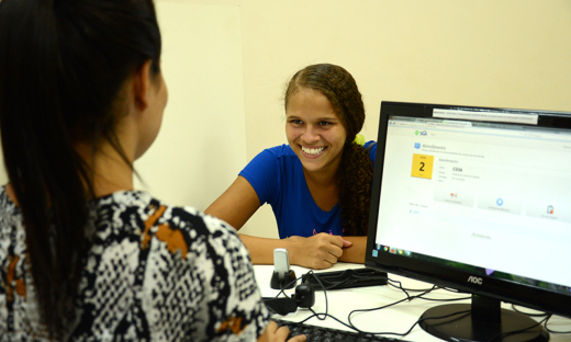 De olho nas oportunidades, a jovem Elisvânya Santiago, 15 anos, é estudante e está a procura de um emprego na categoria menor aprendiz. Ela fez seu cadastro no Sine e aguarda uma oportunidade