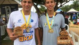 Oseias e Gabriel apresentam medalhas conquistadas na Travessia