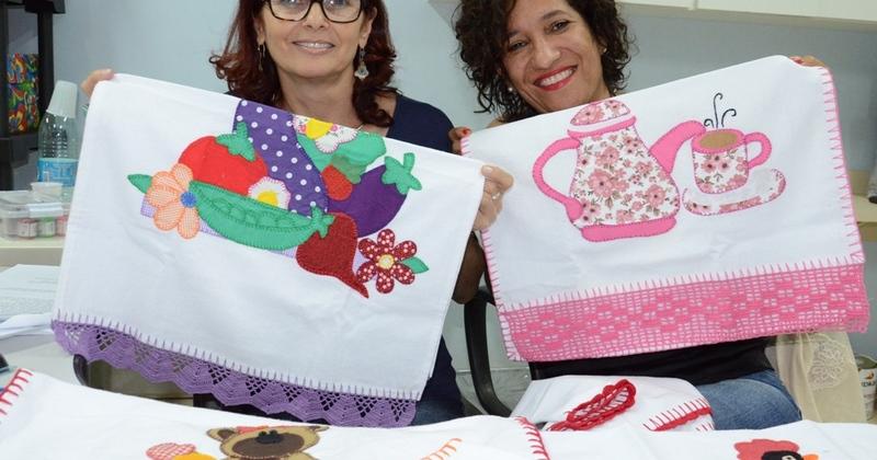 A coordenadora do setor de Humanização , Catarina e a Assistente social Ednalva exibem peças do Projeto Entrelaçando - fotos Josy Karla_800x420.jpg