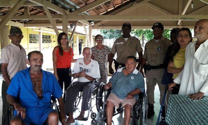Policiais Militares durante visita aos idosos_700x420.jpg
