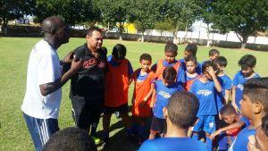Professores da Escolinha Nilton Santos conversam coms alunos durante treinamento - Foto Carlos Ricardo dos Santos Superintendência do Esporte
