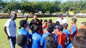 Professores da Escolinha Nilton Santos conversam coms alunos durante treinamento - Foto Carlos Ricardo dos Santos Superintendência do Esporte.jpeg