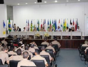 Policiais militares e profissionais da comunicação durante debate em Palmas.JPG