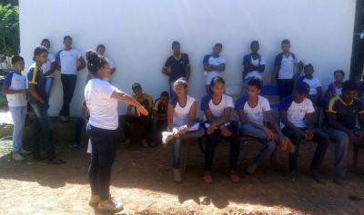 A professora Cleide Pereira explica aos alunos as diferenças entre os horizontes do solo