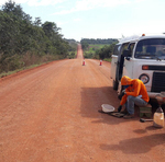 Técnicos fazem análise da nova base da rodovia onde foi incorporado os restos do asfalto velho