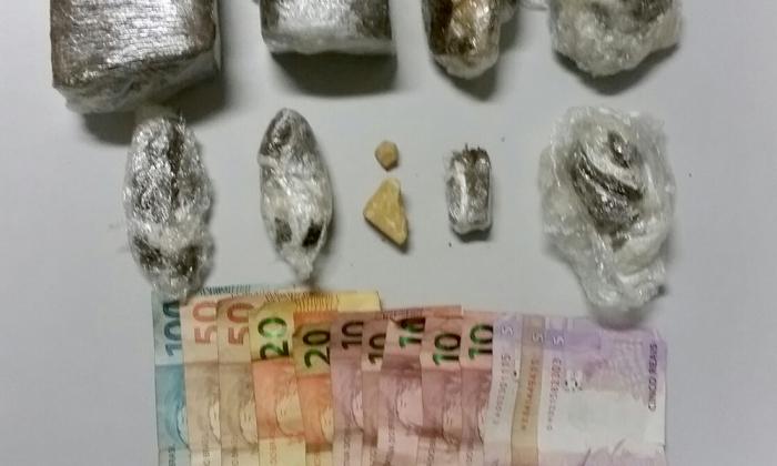 Na casa do casal, preso por tráfico de drogas, os policiais apreenderam várias porções de droga além de dinheiro e outros materiais