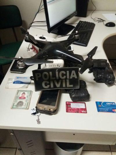 Além do drone, com o grupo foi encontrado aparelhos celulares, drogas e cerras.