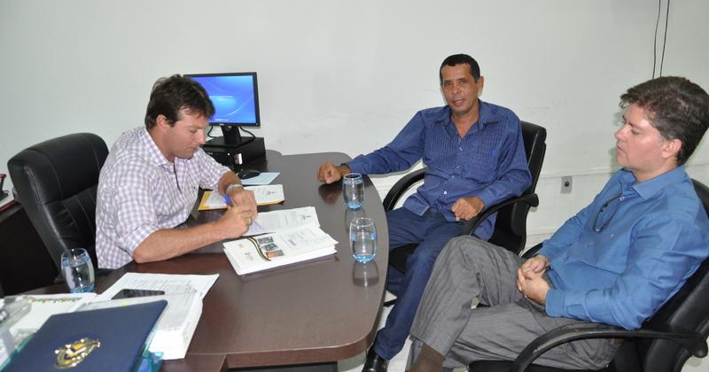 Presidente da ATR, Jota Patrocínio e o prefeito de Crixás, Ivânio Machado Rocha,  assinam o Termo de Compromisso