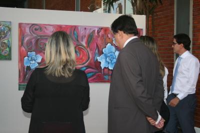 """Alexandro de Castro e Noraney  visitam a exposição """"Os jardins de Pierre de Freitas"""""""