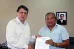 Alexandro de Castro e Raimundo Nonato logo após a assinatura do contrato