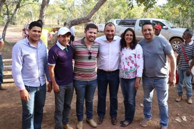 Eder Fernandes ladeado pelo prefeito Gleibson Moreira e vereadores Lucinha Ribeiro (D),  Laeste Ferreira (E), Domingos Cerqueira (E), Manin do Zorra (D)  --