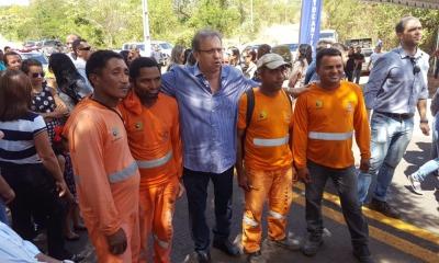 Em Itaguatins, Marcelo Miranda foi recebido pela população e autoridades, quando cumprimentou e posou para fotos com os funcionários da empresa responsável pelas obras na rodovia TO-126