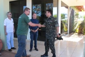 O comandante  do 22º Batalhão do Exército é recebido pelo gestor do Parque