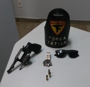 Arma e objetos recuperados pela PM em Araguaína.