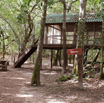 A unidade conta com trilhas terrestres para visitação, dentre elas a trilha que leva à Cabana, construção erguida às margens do rio e que serviu de locação para o filme Xingu