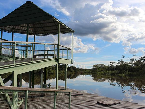 Após uma caminhada pelas trilhas, o píer é base de contemplação das belezas do Rio do Coco