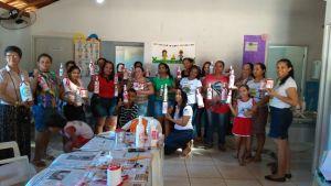 Participantes da oficina de material reciclável, com garrafas