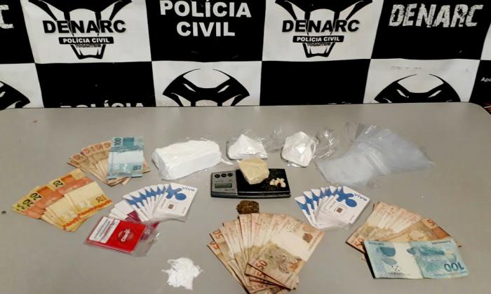 Policiais localizaram no local da prisão do suspeito drogas e dinheiro em espécie