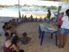 Crianças participam de oficinas na praia da Gaivota
