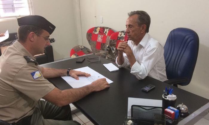 Comandante da 4ª CIPM, capitão Bravin, em reunião com o prefeito de Lagoa da Confusão, Nelson Alves Moreira