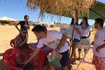 Durante a ação nas praias, são entregues aos banhistas cartilhas educativas e sacos para a coleta d elixo