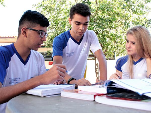 Aluno Osvaldo ajuda as colegas a compreenderem melhor os conteúdos escolares