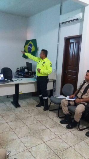 Agente de trânsito durante palestra_300.jpg