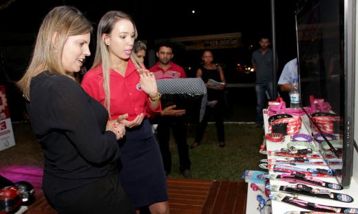 Após a abertura oficial, a vice-governadora Claudia Lelis visitou os estantes da feira e cumprimentou os expositores
