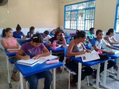 Estuantes da Escola Estadual Alfredo Nasser, de Bom Jesus.