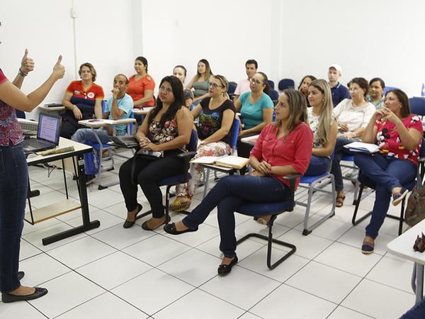 Cursitas em aulas de Língua Brasileira de Sinais, na Seduc