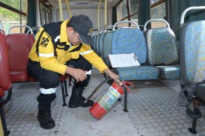 Agentes de Trânsito do Detran vistoriando o transporte escolar
