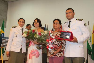 Esposa e a mãe do coronel Hoel recebendo as homenagens.