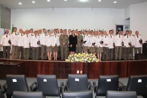 Fomandos juntamente com a vice-governadora, comandante-geral e comandante da Academira de Polícia Militar