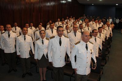 Formandos cantando o Hino Nacional em solenidade.