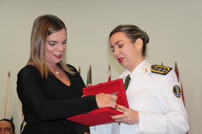 Vice-governadora sendo homenageada com a medalha Tiradentes.