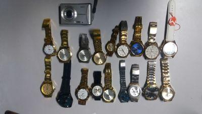 Relógios e máquina apreendida.