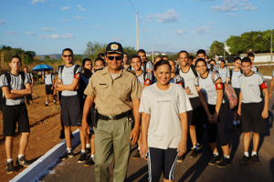 Tenente coronel Gessivaldo e diretora do CPM II conduzem caminhada.