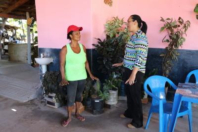 Engenheira Karla Leitão durante visita a moradora do povoado, a senhora Maria Rodrigues