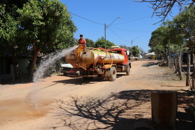 Caminhão-pipa da ATS molha ruas do povoado do Bonfim