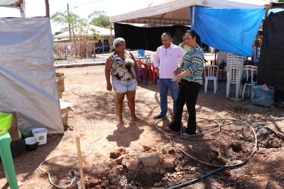 Arlindo Lopes e a engenheira civil Karla Leitão vistoriam obras de extensão de rede